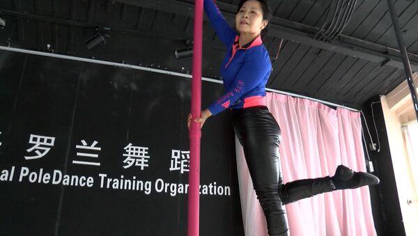 Китаянка в 73 года увлекается танцами на пилоне - Sputnik Азербайджан