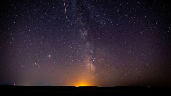 Звездное небо, наблюдаемое в Краснодарском крае во время метеорного потока Персеиды - Sputnik Azərbaycan
