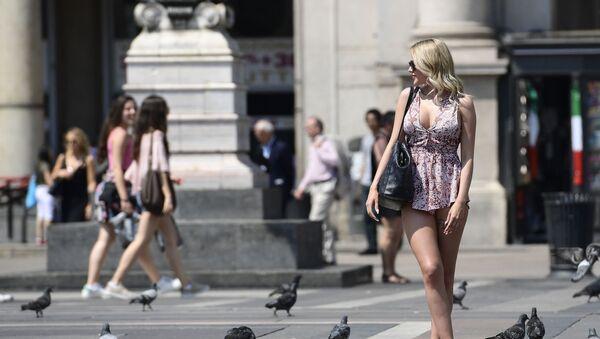 Туристы на площади Пьяцца-дель-Дуомо в Милане, Италия - Sputnik Азербайджан