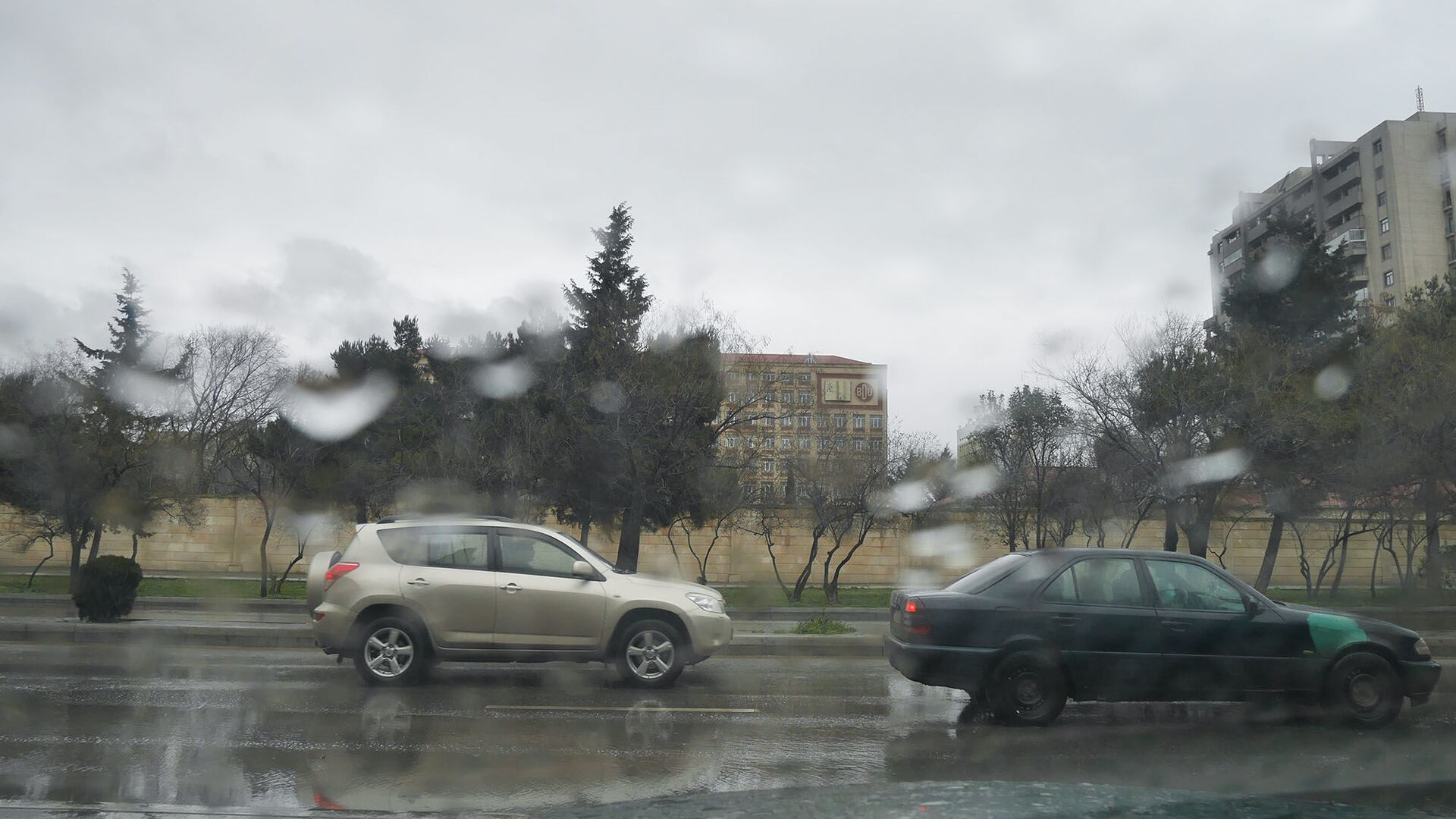 Дождливая погода в Баку - Sputnik Азербайджан, 1920, 05.09.2021