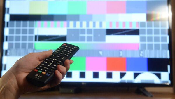 Телевизионная испытательная таблица на экране телевизора - Sputnik Азербайджан