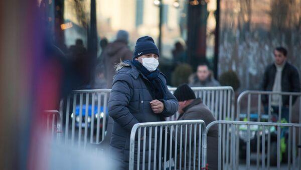 Вирус не пройдет - жители столицы Грузии одели маски, предохраняясь от заболевания. В городе бушует грипп - Sputnik Azərbaycan