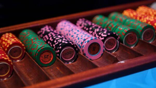 Фишки на игровом столе в казино - Sputnik Азербайджан