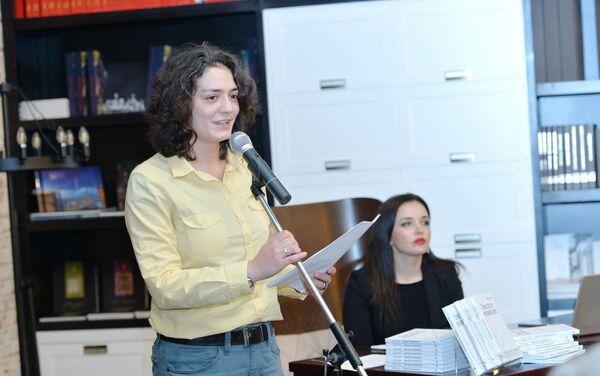 Ирана Гасымова представила в Бакинском книжном центре поэтический сборник Превосходство иррационального - Sputnik Азербайджан