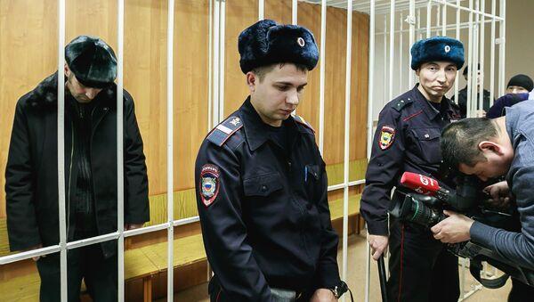 Житель Сургута Павел Шаповалов (слева), обвиняемый в попытке угона воздушного судна Аэрофлота - Sputnik Азербайджан