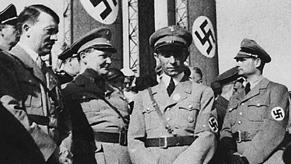 Адольф Гитлер (слева) со своими нацистскими командирами Германом Герингом (2-й слева), Иосифом Геббельсом (в центре) и Рудольфом Гессом (справа) - Sputnik Azərbaycan
