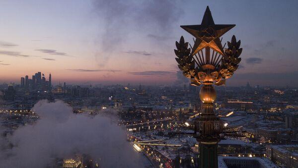 Звезда на крыше высотного здания на Котельнической набережной в Москве - Sputnik Азербайджан