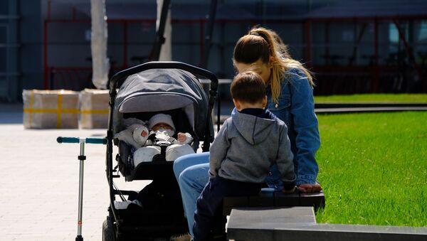 Девушка с детьми - Sputnik Азербайджан