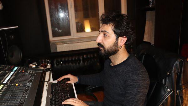 Qara Dərviş adı ilə tanınan musiqiçi, bəstəkar, ifaçı, aranjemançı, musiqi mühəndisi Hikmət Poladzadə - Sputnik Azərbaycan