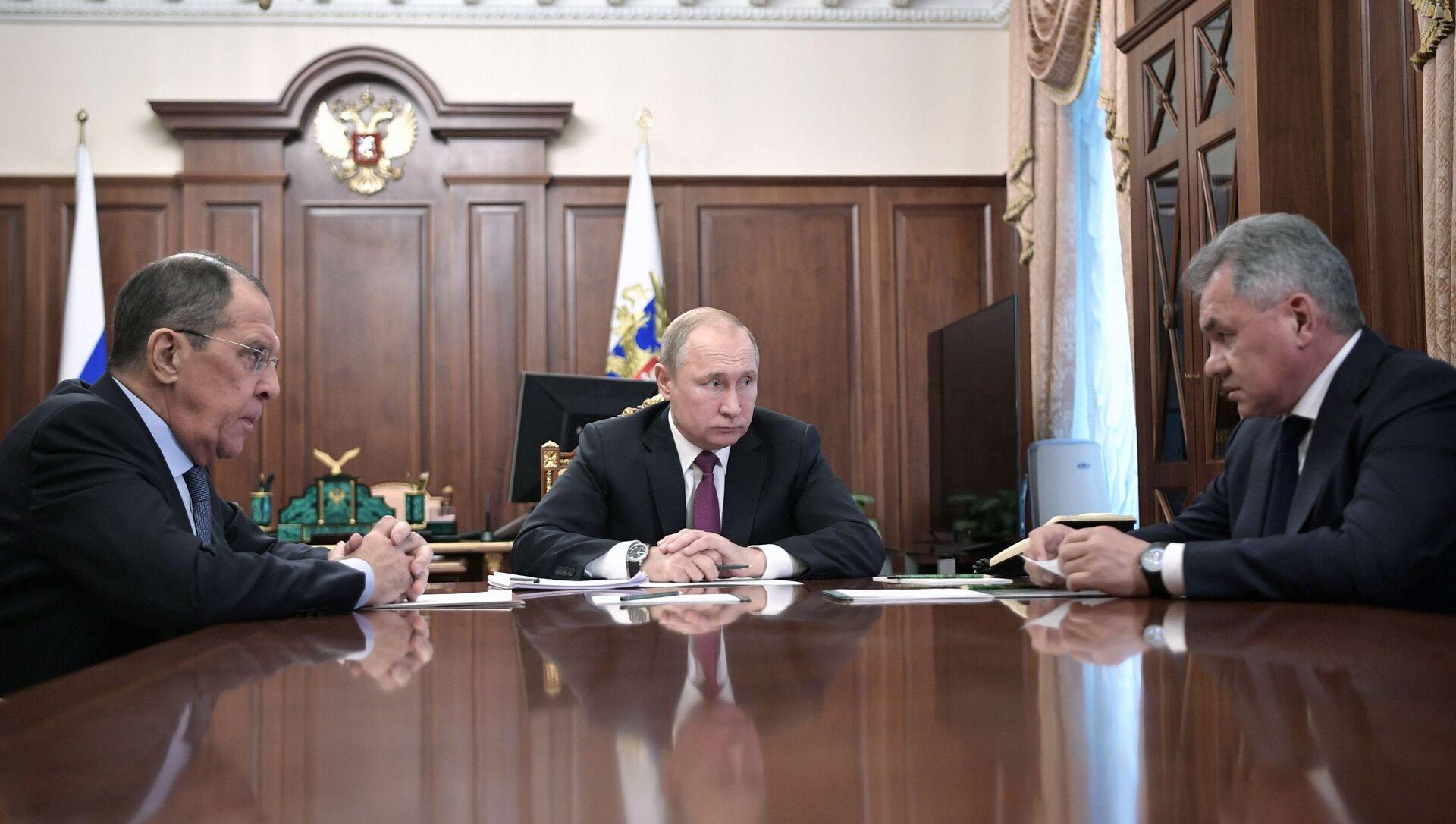 Президент РФ В. Путин встретился с главами МИД и Минобороны РФ С. Лавровым и C. Шойгу - Sputnik Азербайджан, 1920, 27.09.2021