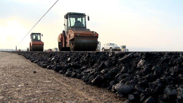 Строительство новой автомобильной дороги по направлению к государственной границе с Россией продолжается - Sputnik Азербайджан