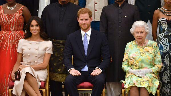 (Слева направо) Меган, герцогиня Сассексская, британский принц Гарри, герцог Сассексский и британская королева Елизавета II - Sputnik Azərbaycan