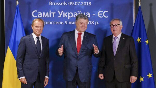 Ukrayna prezidenti Petr Poroşenko Avropa Şurasının məsul şəxsləri ilə, arxiv şəkli - Sputnik Azərbaycan