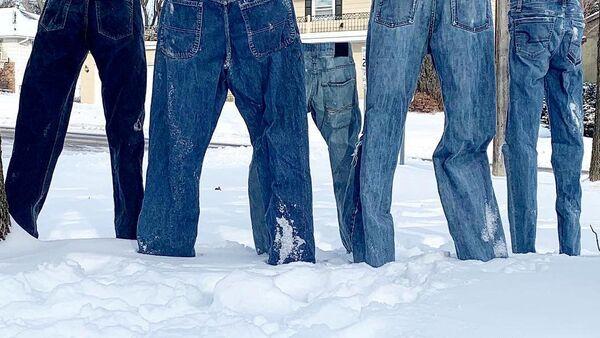 Замороженные джинсы в деревне Сент-Энтони, штат Миннесота, США - Sputnik Азербайджан