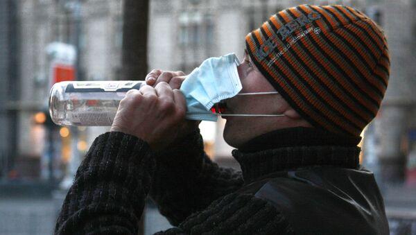 Mann trinkt Wodka auf der Straße - Sputnik Азербайджан