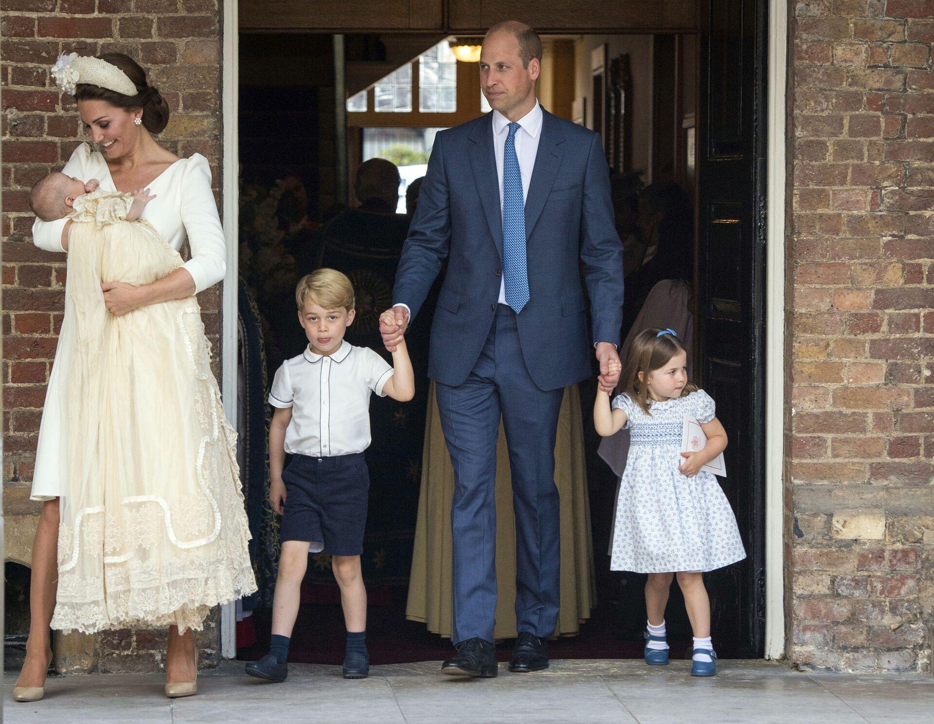 Принц Великобритании Уильям и Кейт, герцогиня Кембриджская, со своими детьми Принц Джордж, принцесса Шарлотта Принц Луи, когда они прибывают на службу крещения принца Луи - Sputnik Азербайджан, 1920, 12.10.2021