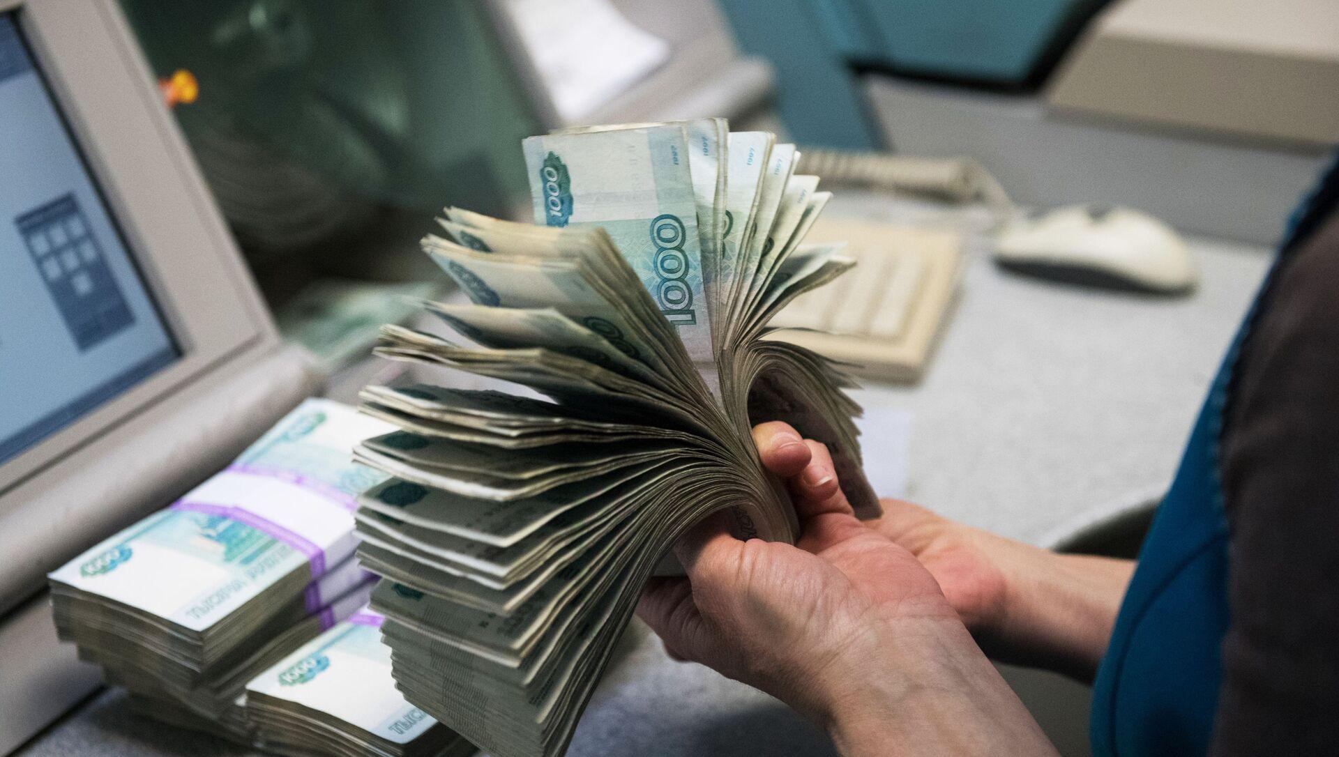 Банкноты номиналом 1000 рублей во время счетно-сортировальных работ  - Sputnik Azərbaycan, 1920, 01.09.2021