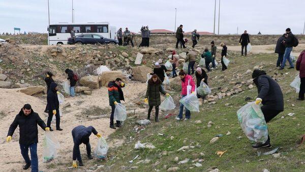 Акция по уборке береговой линии от пластиковых отходов - Sputnik Азербайджан