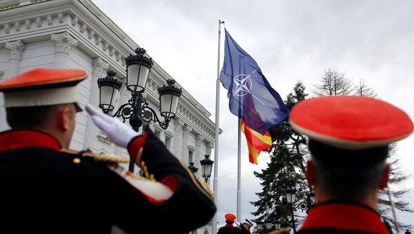 Флаг НАТО перед правительством Македонии в Скопье. 12 февраля 2019 - Sputnik Azərbaycan