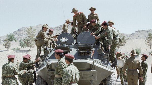 Советские воины показывают свою боевую технику афганским десантникам. - Sputnik Азербайджан