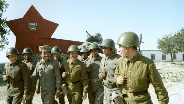 Советские и афганские воины после совместных занятий - Sputnik Азербайджан