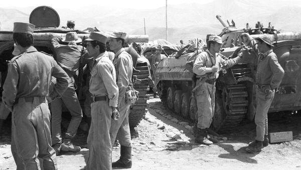 Демократическая Республика Афганистан. Афганские солдаты в гостях у советских воинов знакомятся с боевой техникой - Sputnik Азербайджан