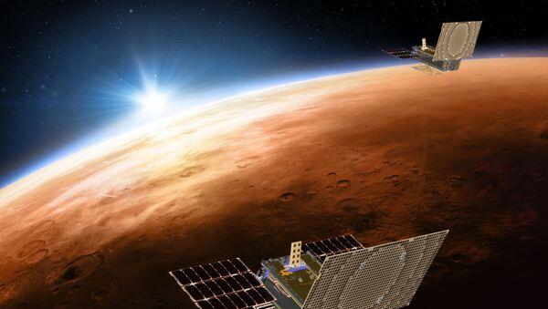 Иллюстрация NASA c изображением двух космических кораблей проекта Mars Cube One, летящих над Марсом - Sputnik Azərbaycan