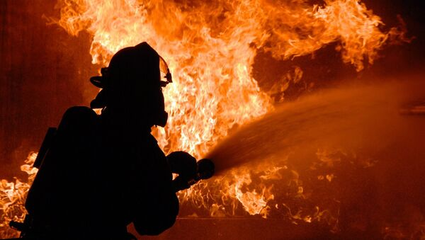 Пожарники тушат огонь - Sputnik Azərbaycan