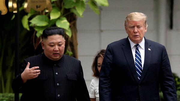 Президент США Дональд Трамп и лидер КНДР Ким Чен Ын Во время встречи в Ханое - Sputnik Азербайджан
