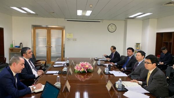 Министр транспорта, связи и высоких технологий Рамин Гулузаде встретился руководством компаний Huawei и China Telecom - Sputnik Азербайджан