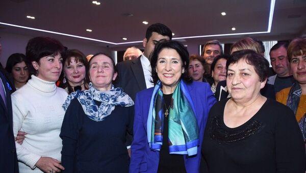 Президент Грузии Саломе Зурабишвили встретилась с грузинской общиной Гахского района - Sputnik Азербайджан