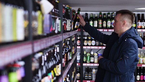 В магазине сети Беру выходной продаётся более трёх тысяч сортов пива и более трёх сотен сортов сидра, пуарэ и медовухи - Sputnik Азербайджан