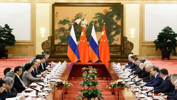 Флаги Китая и России во время встречи премьер-министра России Дмитрия Медведева и премьер-министра Китая Ли Кэцяна - Sputnik Азербайджан