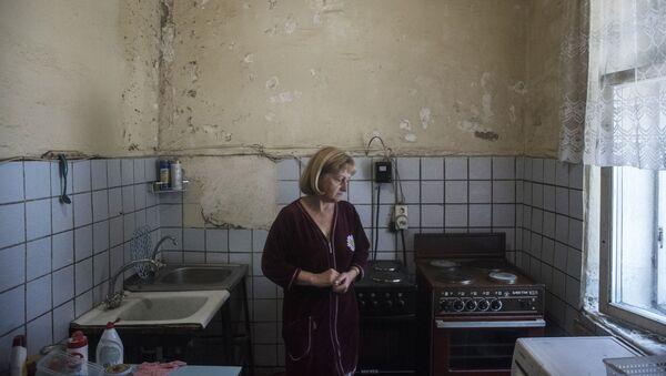 Женщина на кухне в коммунальной квартире  - Sputnik Azərbaycan