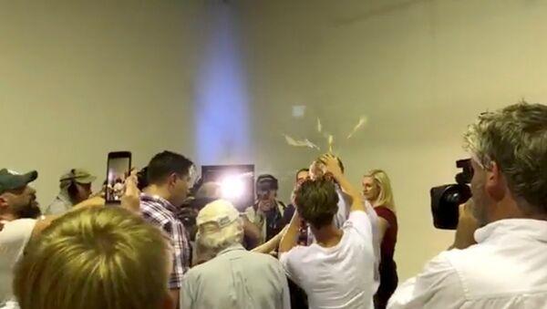 Yeni Zelandiyada 2 məscidə terror hücumundan sonra İslamı təhqir edən avstraliyalı senator Fraser Anninqin başına yumurtanın vurulması  - Sputnik Azərbaycan