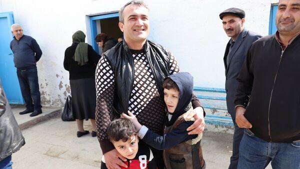 Люди, ожидающие своих близких у стен пенитенциарного учреждения номер 13 - Sputnik Азербайджан