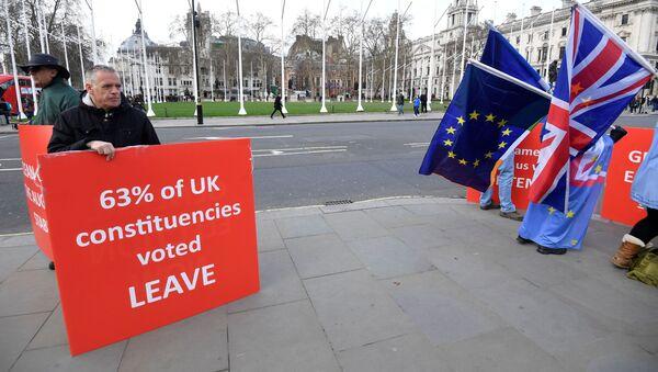 Протестующие за Brexit и против Brexit стоят возле здания Парламента в Лондоне, Великобритания - Sputnik Азербайджан