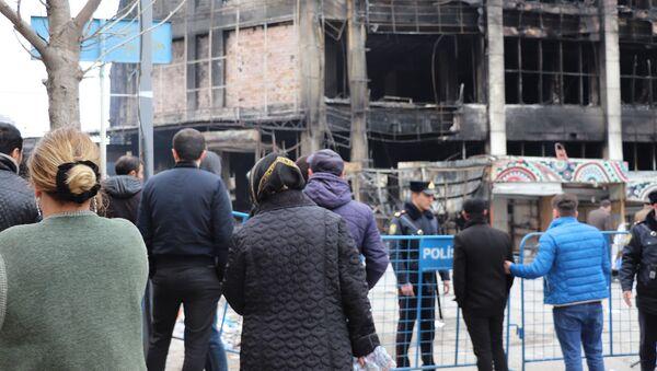 Sahibkarlar yanan ticarət mərkəzi Diqlas-ın qarşısına - Sputnik Азербайджан