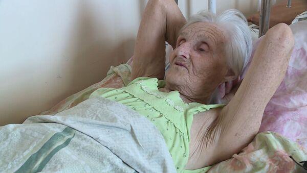В Казахстане 85-летняя бабушка уже полгода живет в больнице - Sputnik Азербайджан