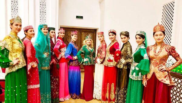 Гюльнара Халилова представила свою коллекцию Новруз на II Международном фестивале национальной одежды в Шахрисабзе (Узбекистан) - Sputnik Азербайджан