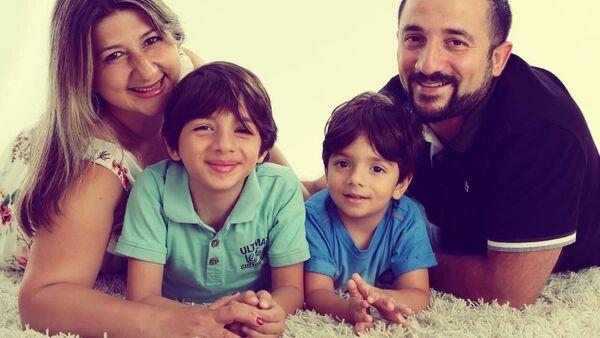 Юный азербайджанский актер Дэннис Ализаде со своей семьей - Sputnik Азербайджан