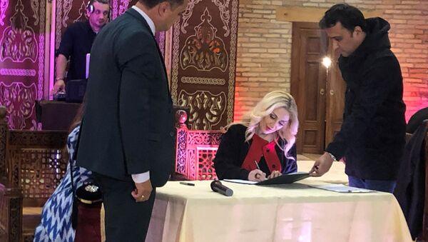 Гюльнара Халилова приняла участие в Узбекистане в подписание меморандума о создании Международной ассоциации дизайнеров национальной одежды Наутака - Sputnik Азербайджан