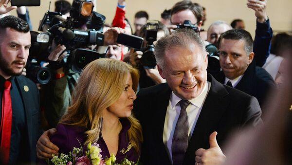 Президент Словакии Андрей Киска поздравляет с победой на выборах кандидата в президенты, адвоката, заместителя председателя внепарламентской либеральной партии Прогрессивная Словакия Зузану Чапутову - Sputnik Азербайджан