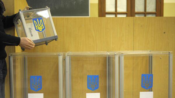 Подготовка к проведению второго тура выборов президента Украины на одном из избирательных участков Киева - Sputnik Азербайджан
