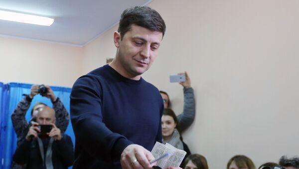 Кандидат в президенты Украины, актер Владимир Зеленский во время голосования на президентских выборах на одном из избирательных участков Киева - Sputnik Азербайджан