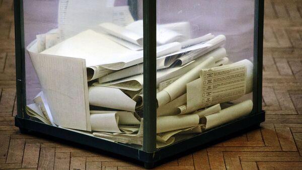 Урна для голосования на избирательном участке в Харькове. 31 марта на Украине проходят выборы президента - Sputnik Азербайджан