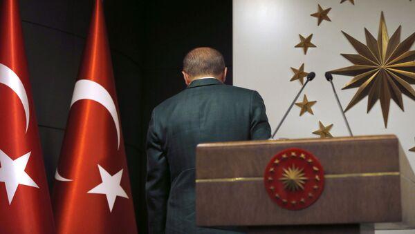 Президент Турции Реджеп Тайип Эрдоган уходит после того, как выступит с заявлением по итогам местных выборов в Стамбуле - Sputnik Azərbaycan
