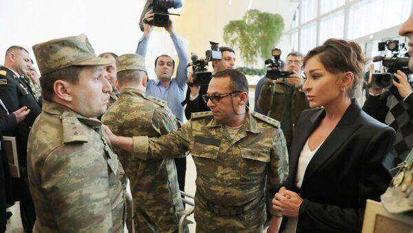 Первый вице-президент Азербайджана, президент Фонда Гейдара Алиева Мехрибан Алиева на встрече с военными - Sputnik Азербайджан