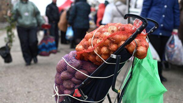 Тележка с мешком лука и картофеля - Sputnik Азербайджан