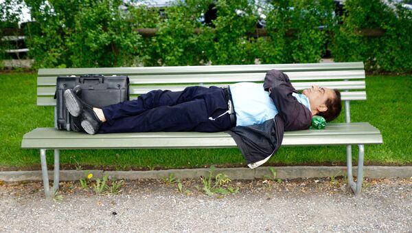Уснувший на скамейке мужчина, фото из архива - Sputnik Азербайджан